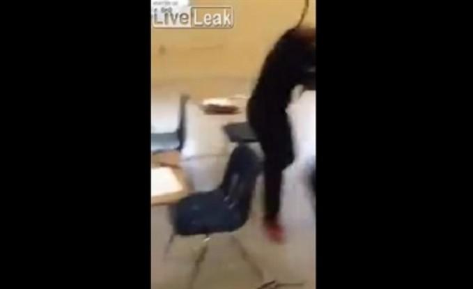 مشاجرة عنيفة بين فتاتين داخل مكتب (فيديو)