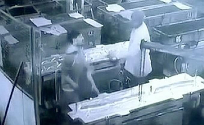 مشرف يتسبب في وفاة عامل بسبب مزحة قاتلة في الهند.. فيديو