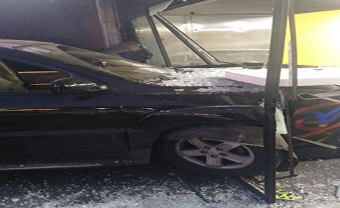 بالصور :  تدهور مركبة على  أحد المطاعم في عمان