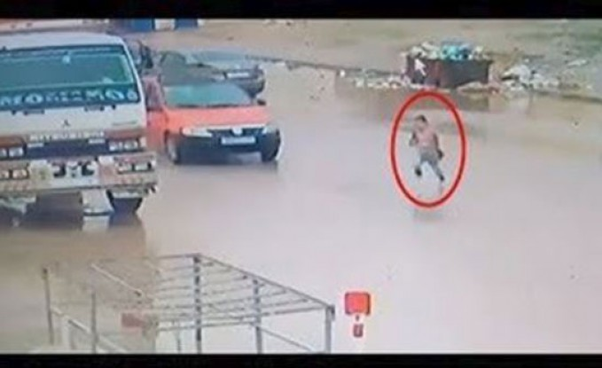 لحظة دهس سيارة مسرعة طفلة صغيرة (فيديو)
