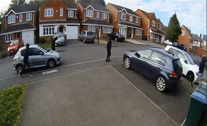 موقفٌ بطوليٌّ.. غامر بحياته من أجل سيارة جاره! (فيديو)