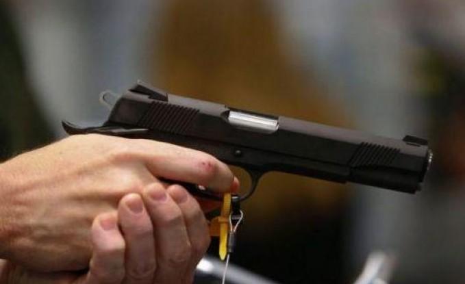 طالب ليبي يهدد لجنة الامتحان بمسدس