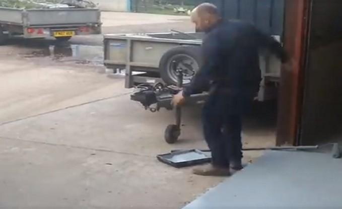 رجل يضرب رأسه بسيارة لتجنب إفساد أرضية الجراج (فيديو)