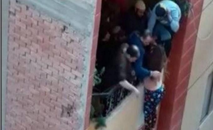تسريب فيديو لامرأة مصرية تتدلى من شرفة منزلها... محاولة قتل أم انتحار؟ إليكم الحقيقة