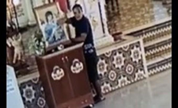 حرامي يتظاهر بالصلاة ويسرق تبرعات كنيسة (فيديو)