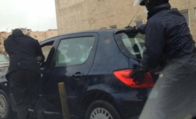 """رجل أمن عام """" يدفش """" سيارة متعطلة في عمان  -- صور"""