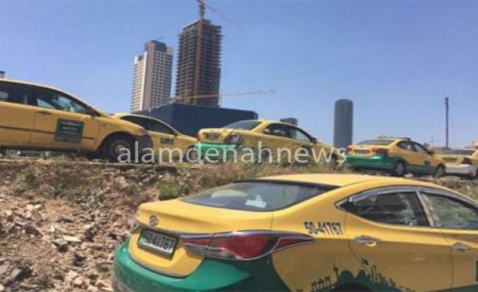 سائق تاكسي يهدد بحرق مركبته بعد مخالفته