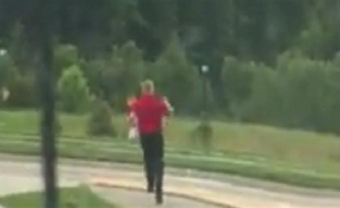 موظف يركض خلف عميل نسي طعامه (فيديو)