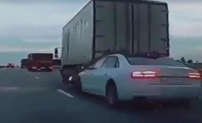 سيارة تتسب في حادث تصادم مروع على الطريق السريع (فيديو)