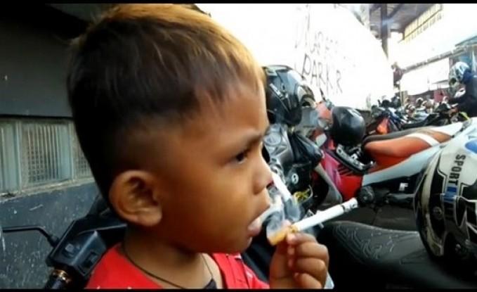 حكاية طفل اندونيسي عمره عامين يدخن 40 سيجارة يوميا بسبب والدته