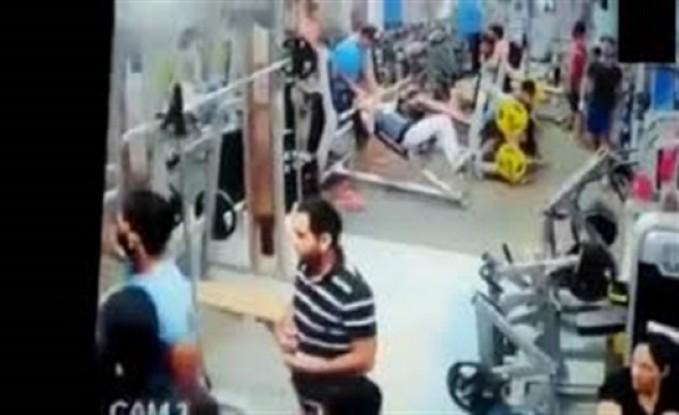 مشاجرة طاحنة بين مجموعة من الأشخاص داخل صالة جيم (فيديو)