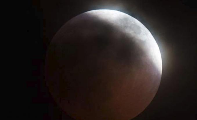 شاهد بالفيديو .. سقوط نيزك على القمر أثناء الخسوف