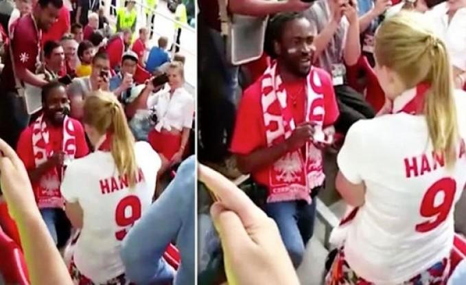 بالفيديو- طلب يد حبيبته خلال مباراة كأس العالم!