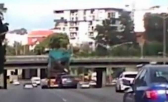 بالفيديو.. شاحنة تفقد نصفها العلوي بسبب جسر!