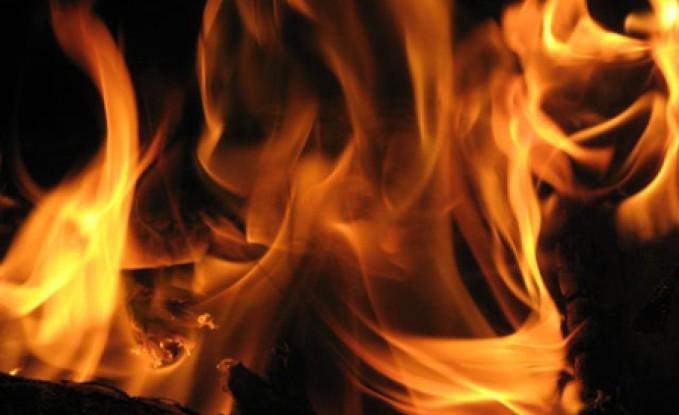 العقبة : رجل دفاع مدني يقتحم شقة محترقة وينقذ طفلاً