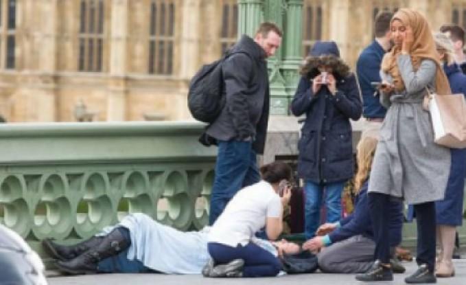 حقيقة صورة الفتاة المحجبة التي أثارت غضب البريطانيين لحظة تنفيذ الهجوم