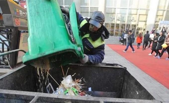 عامل نظافة يتبرّع براتبه الزهيد للأطفال الفقراء!