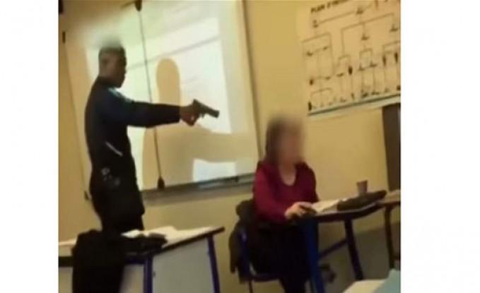 بالفيديو : لتبرير غيابه.. طالب يشهر مسدساً بوجه مدرِّسته وماكرون يتحرّك!