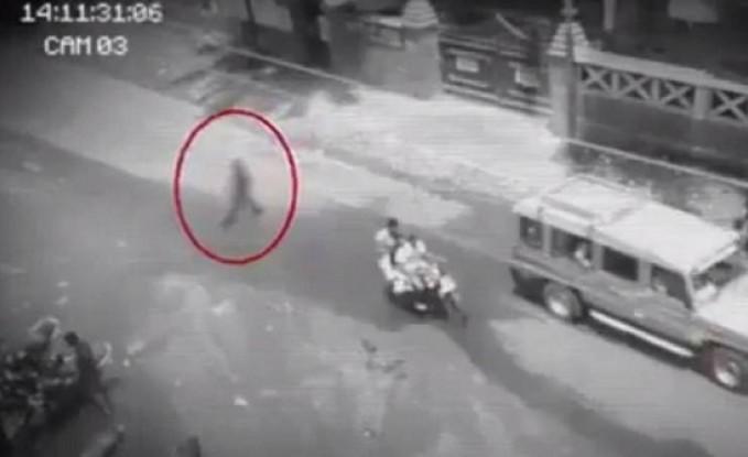 فيديو| رعب يدبّ في قلوب السكان بعد مشاهدتهم شبحاً يسير في الشارع !