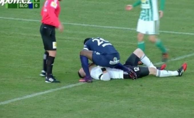 بالفيديو: لاعب كرة قدم ابتلع لسانه... وخصمه سارع للمساعدة!