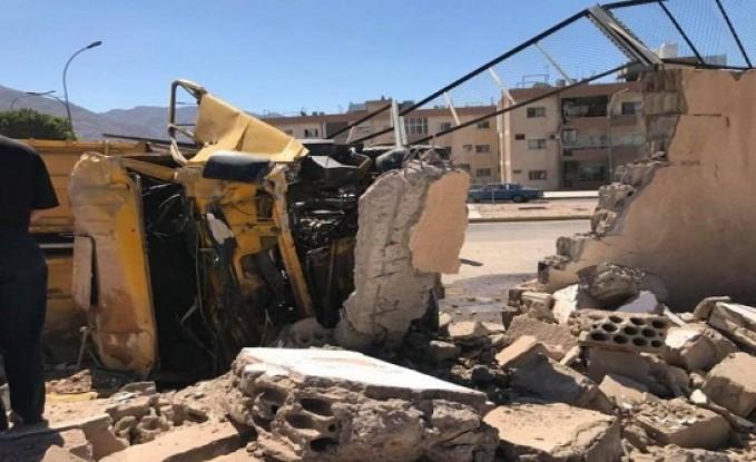 بالصور : اصابة سائق اثر تدهور قلاب في العقبة