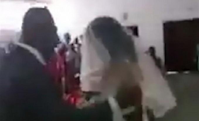فتاة تقتحم حفل زفاف حبيبها السابق بالفستان الأبيض (فيديو)