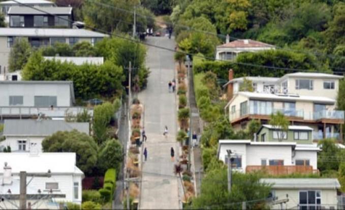 """صور.. """"هارلك"""" البريطانية تدخل غينيس بـ """"أكثر الشوارع انحدارا"""""""