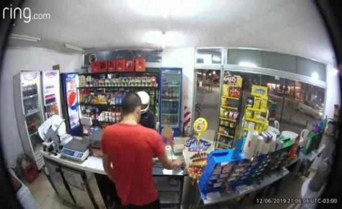 بالفيديو: لص غبي.. أصاب نفسه بطلق ناري !