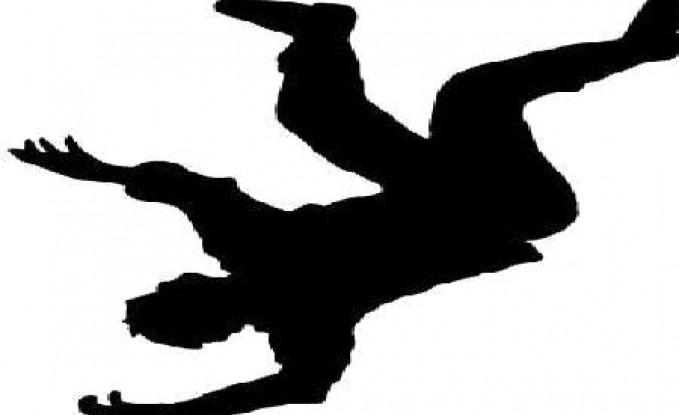 سقوط 3 معلمين عن سلم خلال تركيب لوحة ترحيب بالنسور في إربد