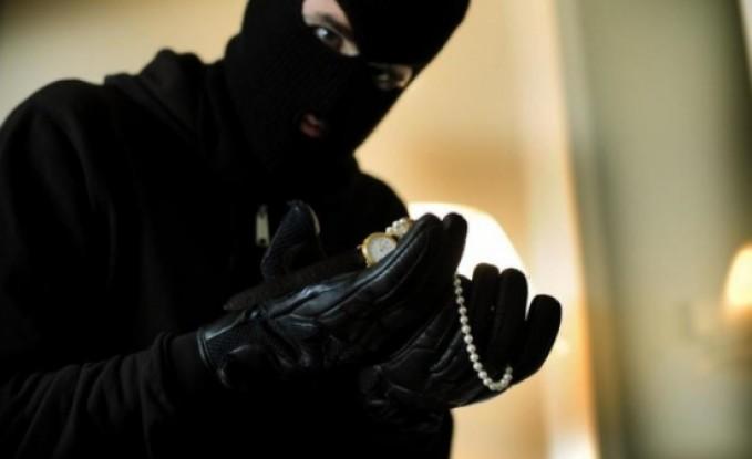 القبض على شخصين سرقا ذهباً واموالاً من منزل مسنين في إربد