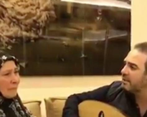 فيديو مؤثر - للمرة الأولى وائل جسار يغني لوالدته المحجبة.. وتردّ عليه بدموعها