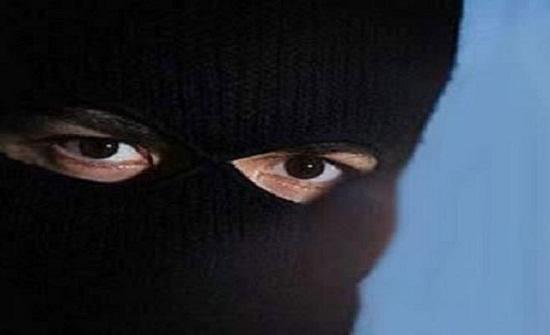 ملثمان يسطوان على صيدلية في عمّان