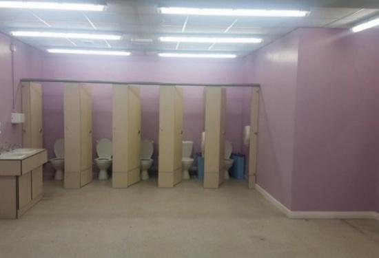 بنات يُمنعن من الذهاب إلى مدرسة بسبب حمامات الفتيات والكاميرا.. الإدارة توضح !