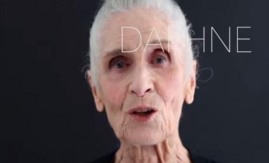 صدق أو لا تصدق..عارضة أزياء لعلامة شهيرة عمرها 89 عامًا..فيديو
