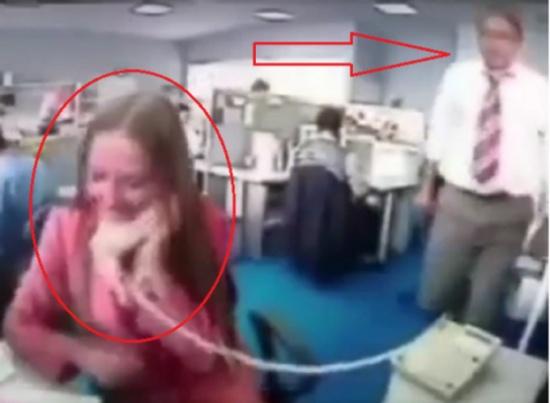 موظف استفزته زميلته أثناء حديثها على الهاتف .. شاهدوا ماذا فعل؟!