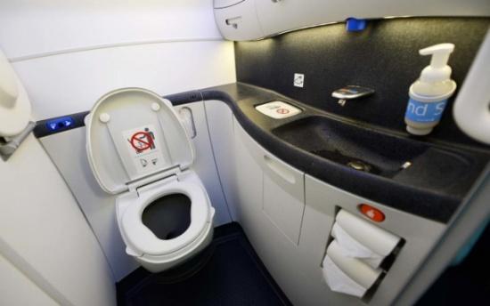 طائرة تُغيِّر مسارها.. السبب امتلاء المراحيض! كيف عوَّضت الشركة ركابها بعد 8 ساعات من التأخير؟
