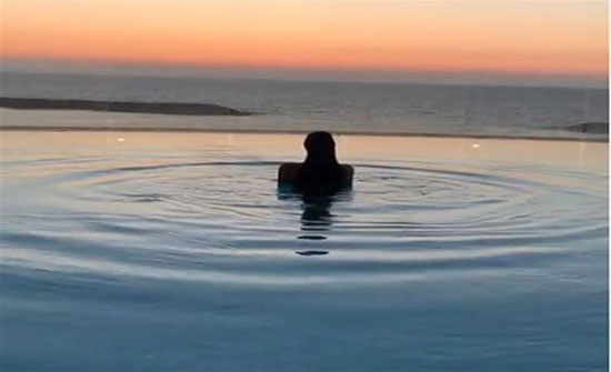 بالفيديو : ياسمين صبري تسبح في الإسكندرية