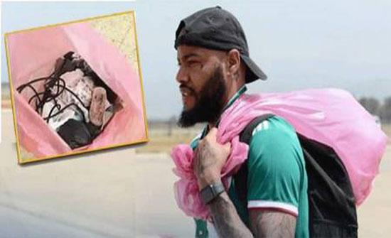 بالصور : حقيبة بلاستيكية يحملها حارس منتخب الجزائر أينما ذهب... ما سرّها؟!