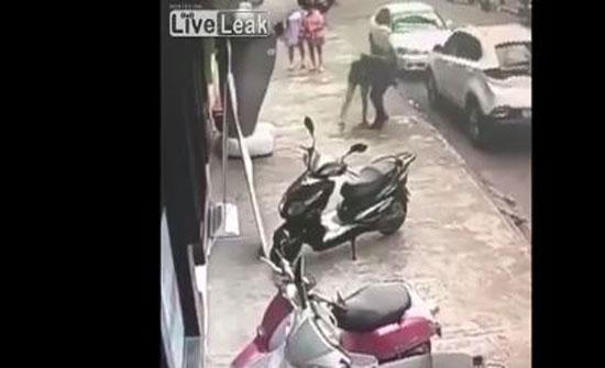 تصرف غريب من فتاة بعد تعرضها للضرب من قبل شاب (فيديو)