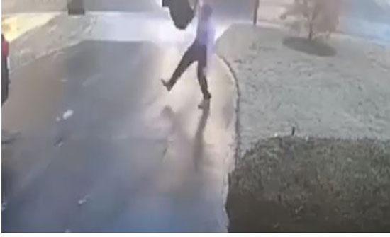 شاهد سقوط مروع لرجل بسبب الأمطار