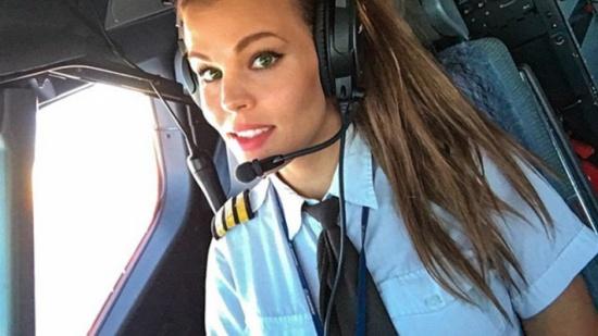 بالصور: قائدة طائرة سويديّة تمارس اليوغا خلال رحلاتها الجويّة