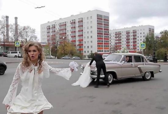 فيديو| عروس تتعرض لموقف محرج والسبب سيارة الزفاف!!
