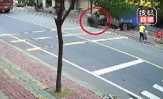 بالفيديو : إطار سيارة مندفع يطيح بأسرة ويقتل رضيعة في الصين