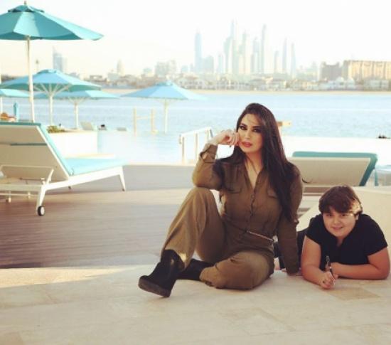 بعد الضجة التي اثارتها بصورها الاخيرة… رنا الابيض تنشر صور من عطلتها في دبي مع ابنها يوشع