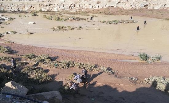إخلاء 3 عائلات داهمتهم السيول في منشية معان