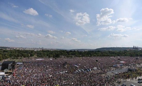 احتجاجات حاشدة في التشيك للمطالبة برحيل رئيس الوزراء