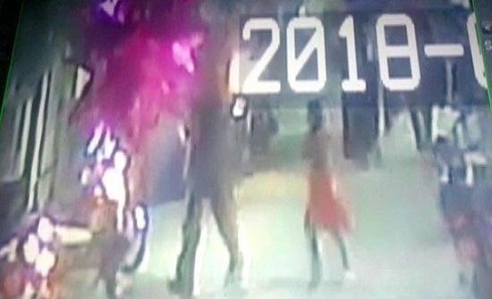 فيديو جديد في خطف واغتصاب وقتل الطفلة زينب.. سفاح باكستان يقودها إلى مصيرها