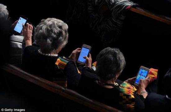 """بالصور.. نواب الكونجرس يتجاهلون خطاب ترامب من أجل """"كاندي كراش"""""""