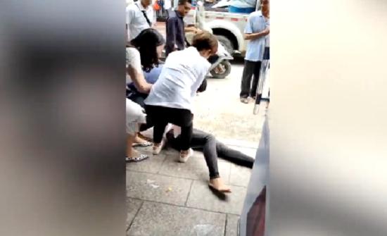 بالفيديو : ضرب مبرح لامرأة سرقت نقودًا من زوجها لشراء هاتف