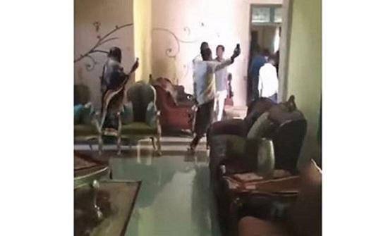 شاهد : سودانيون يقتحمون قصر عمر البشير